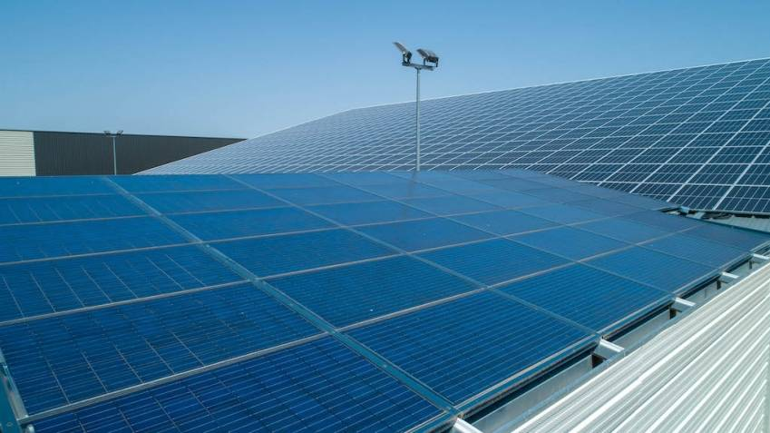 Le partenariat vise à construire 300 000 mètres carrés de toitures photovoltaïques chaque année.