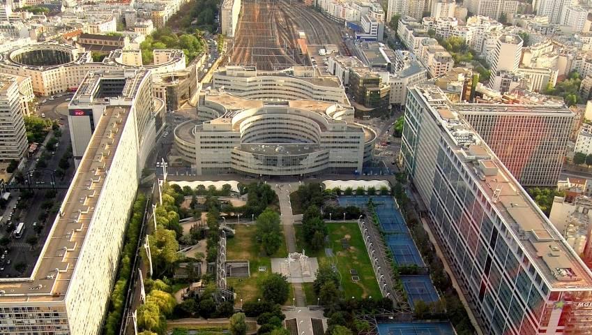 L'immeuble Sud Pont en arrière-plan, intégré au sein de l'ensemble Atlantique Montparnasse. © Pline